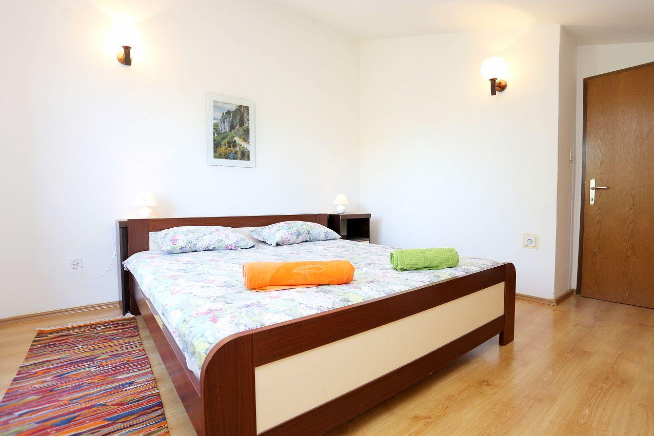 Apartmány s parkoviskom v meste Arbanija - 10340
