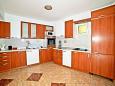 Kitchen - Apartment A-10352-a - Apartments Krilo Jesenice (Omiš) - 10352