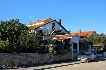 Peroj, Fažana, Property 2234 - Apartments with pebble beach.