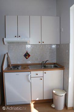 Baška Voda, Kitchen u smještaju tipa studio-apartment, dostupna klima i WIFI.