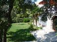 Promajna, Makarska, Courtyard 2727 - Apartments with pebble beach.