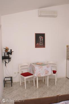 Bilo, Dining room u smještaju tipa studio-apartment.