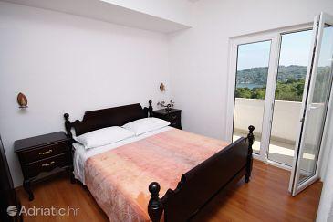 Rogač, Bedroom u smještaju tipa room.