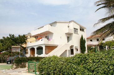 Property Mandre (Pag) - Accommodation 4093 - Apartments near sea with pebble beach.