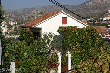 Seget Vranjica, Trogir, Property 4285 - Apartments blizu mora with pebble beach.