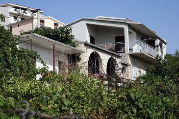 Property Stanići (Omiš) - Accommodation 4653 - Apartments near sea with pebble beach.
