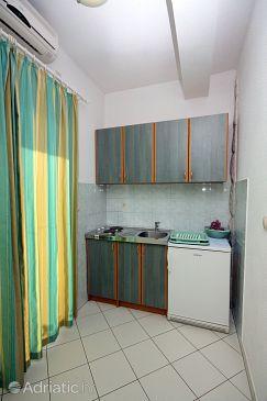 Duće, Kitchen u smještaju tipa studio-apartment, dostupna klima, dopusteni kucni ljubimci i WIFI.
