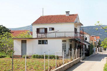 Obiekt Poljica (Trogir) - Zakwaterowanie 4885 - Apartamenty blisko morza ze żwirową plażą.