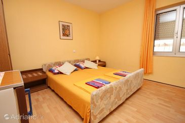 Room S-6834-a - Apartments and Rooms Makarska (Makarska) - 6834
