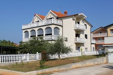 Novigrad, Novigrad, Obiekt 7037 - Apartamenty ze żwirową plażą.