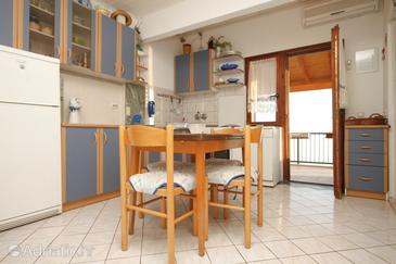 Seget Vranjica, Dining room u smještaju tipa apartment, dostupna klima i WIFI.