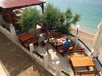 Pisak, Omiš, Courtyard 7519 - Apartments and Rooms blizu mora with pebble beach.