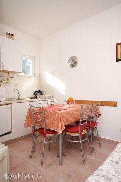 Arbanija, Dining room u smještaju tipa apartment.