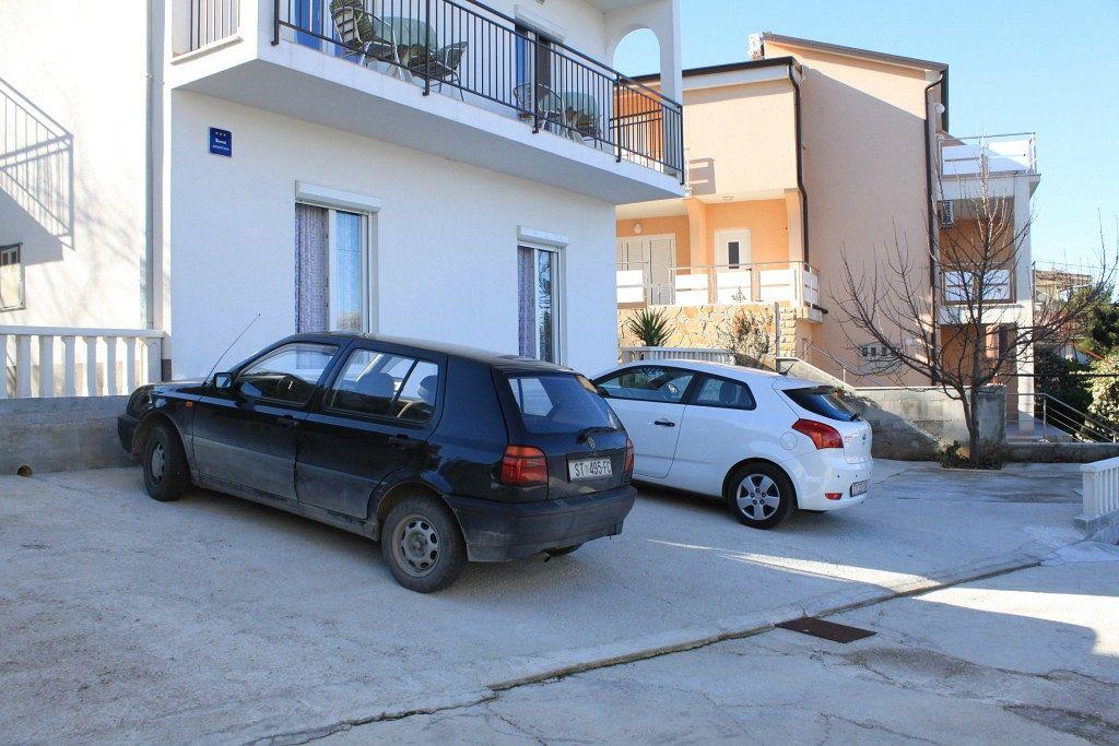 Apartmány s parkoviskom v meste Arbanija - 7543