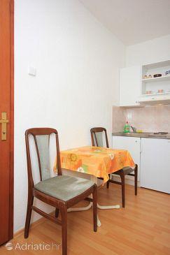 Bušinci, Dining room u smještaju tipa studio-apartment.