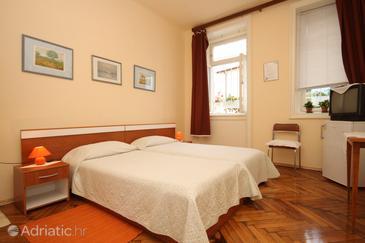 Opatija, Bedroom u smještaju tipa room, dostupna klima.