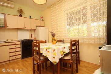 Ugljan, Dining room u smještaju tipa apartment, dostupna klima.