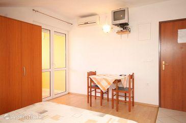 Kukljica, Dining room u smještaju tipa studio-apartment, dostupna klima i WIFI.