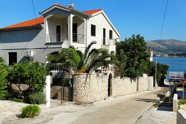Property Okrug Gornji (Čiovo) - Accommodation 8625 - Apartments near sea with pebble beach.