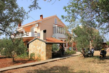 Property Sutomišćica (Ugljan) - Accommodation 912 - Apartments near sea with pebble beach.