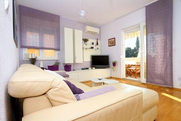 Kaštel Lukšić, Living room u smještaju tipa apartment, dostupna klima, dopusteni kucni ljubimci i WIFI.